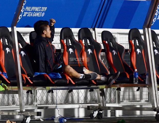 Một mình Quang Hải ăn mừng với ghế dự bị, lặng lẽ ngồi nhìn đồng đội ùa ra sân chung vui với Đức Chinh - Ảnh 8.