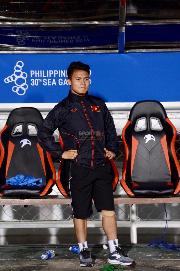 Một mình Quang Hải ăn mừng với ghế dự bị, lặng lẽ ngồi nhìn đồng đội ùa ra sân chung vui với Đức Chinh - Ảnh 7.