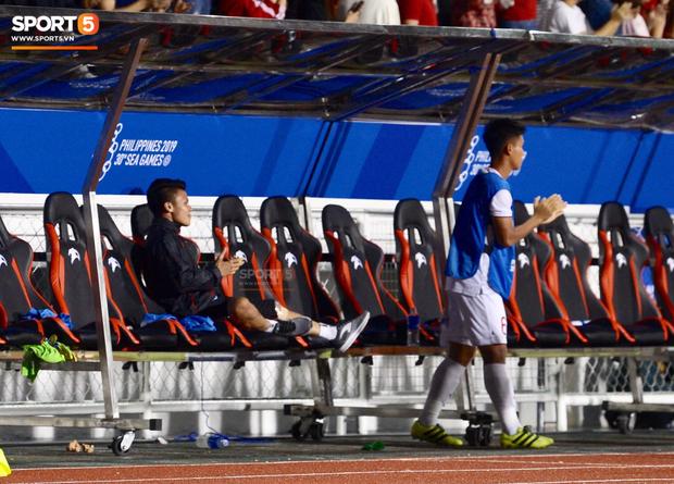 Một mình Quang Hải ăn mừng với ghế dự bị, lặng lẽ ngồi nhìn đồng đội ùa ra sân chung vui với Đức Chinh - Ảnh 4.