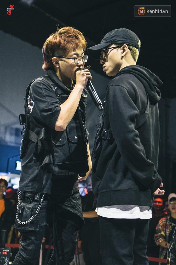 Đến BGK cũng không thoát được các thí sinh Beck'Stage Battle Rap: Phúc Du nịnh khéo Binz, Richchoi mượn Blacka còi xương để châm biếm đối thủ - Ảnh 9.