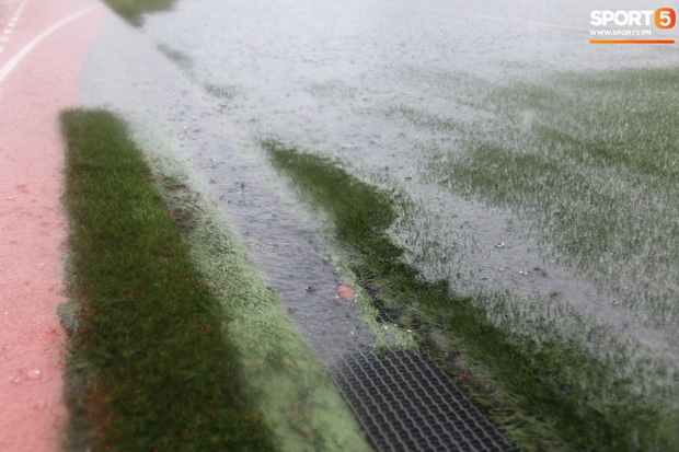Không hoãn trận U22 Việt Nam đấu U22 Singapore dù trời mưa lớn do cơn bão Kammuri - Ảnh 4.