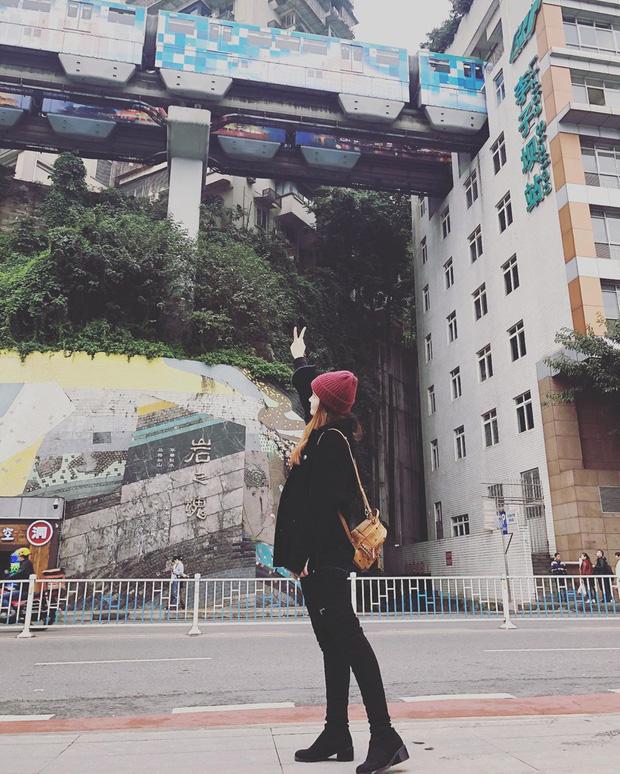 Ga tàu điện chạy xuyên qua chung cư độc nhất thế giới ở Trung Quốc, khách du lịch hôm nào cũng kéo đến check-in nườm nượp - Ảnh 9.