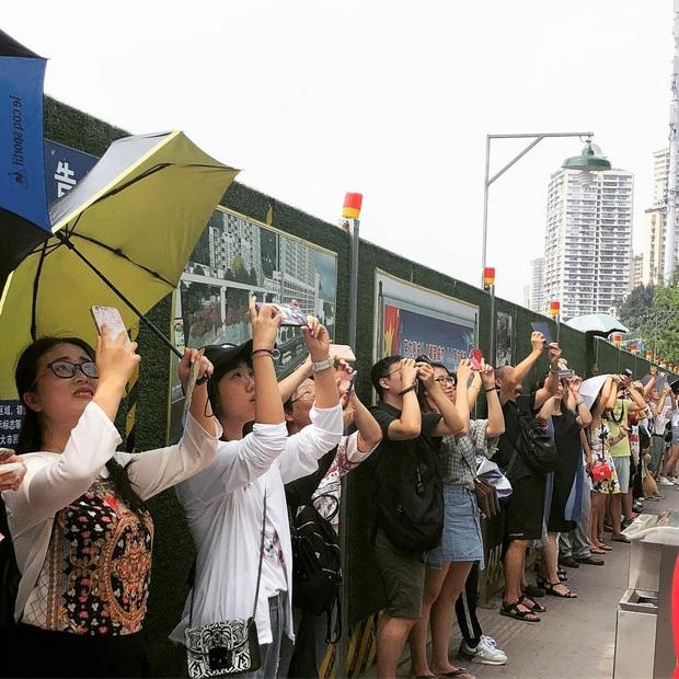 Ga tàu điện chạy xuyên qua chung cư độc nhất thế giới ở Trung Quốc, khách du lịch hôm nào cũng kéo đến check-in nườm nượp - Ảnh 17.