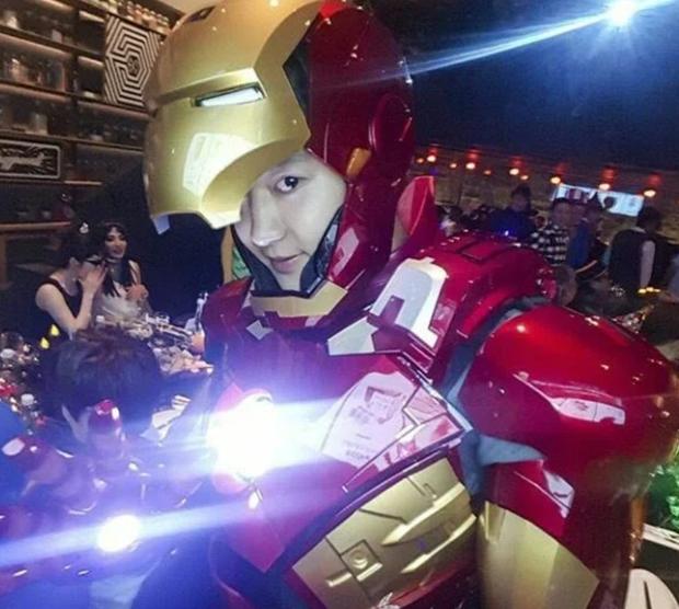 2 idol cuồng phim siêu anh hùng nhất Kpop: Chanyeol (EXO) hớn hở gặp Deadpool, Jungkook (BTS) sụt sùi vì Iron Man bay màu - Ảnh 13.