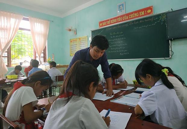 Từ học trò dốt nhất lớp đến thầy giáo giỏi cõng chữ lên đỉnh Trường Sơn - Ảnh 1.