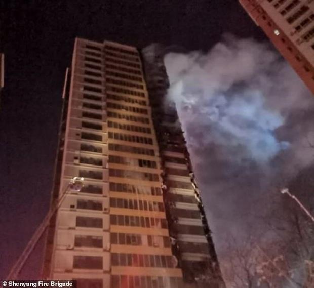 Tòa nhà 25 tầng ở Trung Quốc cháy lớn trong đêm - Ảnh 2.
