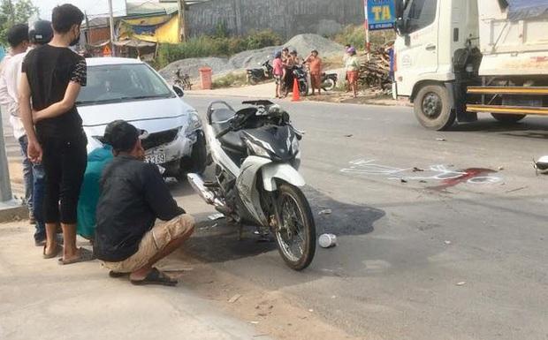 Va chạm liên hoàn với 2 ô tô, vợ chết chồng nguy kịch khi đang trên đường tới công ty làm việc - Ảnh 1.