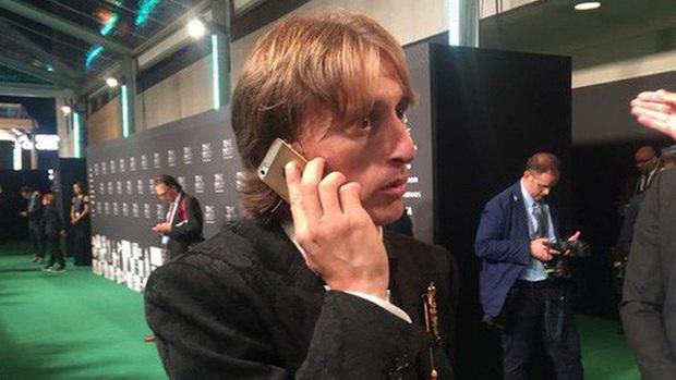 Giàu nhưng không phô diễn: 2019 rồi nhưng cựu siêu sao bóng đá Didier Drogba vẫn dùng... iPhone 6S - Ảnh 2.