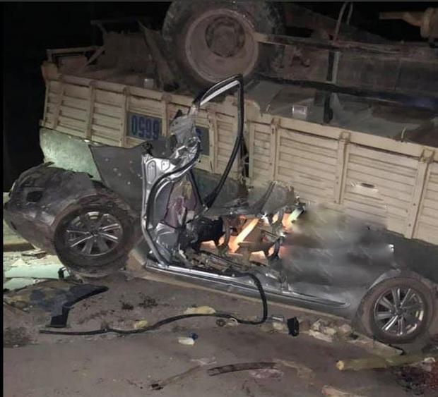 Phú Thọ: Hai cha con mắc kẹt trong chiếc xe nát bét sau khi đấu đầu với xe tải - Ảnh 1.