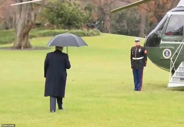 Khoảnh khắc Tổng thống Trump đãng trí, bỏ quên vợ ở phía sau và phản ứng bất ngờ của Đệ nhất phu nhân Mỹ thu hút sự chú ý - Ảnh 1.