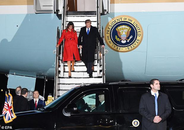 Khoảnh khắc Tổng thống Trump đãng trí, bỏ quên vợ ở phía sau và phản ứng bất ngờ của Đệ nhất phu nhân Mỹ thu hút sự chú ý - Ảnh 3.