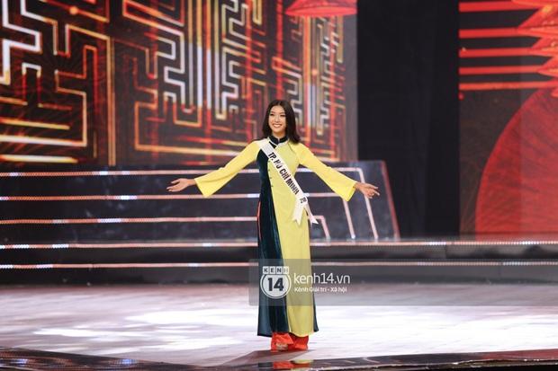 Trình diễn quá sung, Thuý Vân vô ý để lộ vòng 1 ngay trên sân khấu Bán kết Hoa hậu Hoàn vũ Việt Nam - Ảnh 3.
