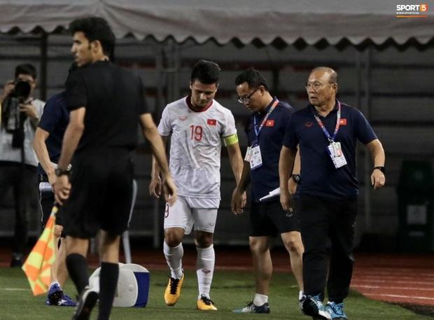Tìm ra info cầu thủ Singapore va chạm khiến Quang Hải đau đớn rời sân sớm: Chiều cao khủng hơn cả Văn Hậu, có bố là HLV trưởng của đội - Ảnh 3.