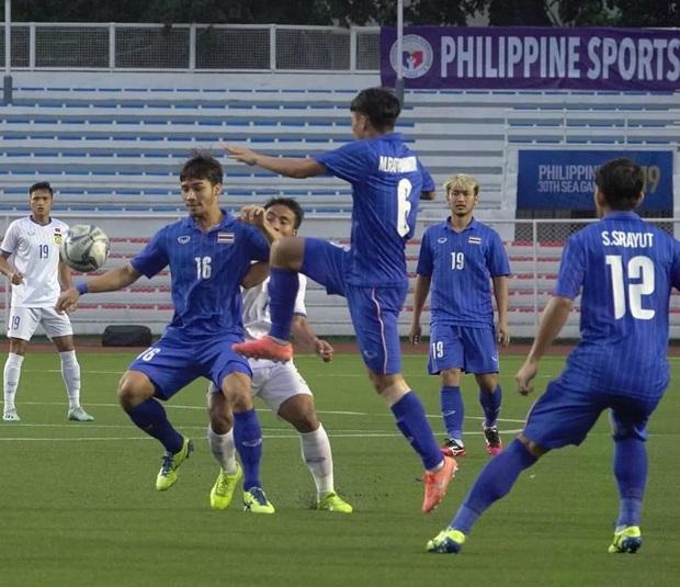U22 Thái Lan 2-0 U22 Lào: Thần đồng tỏa sáng đúng lúc, U22 Thái Lan đánh bại Lào đầy kịch tính trên sân đấu ngập úng - Ảnh 14.