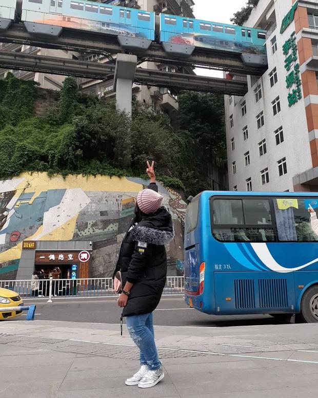 Ga tàu điện chạy xuyên qua chung cư độc nhất thế giới ở Trung Quốc, khách du lịch hôm nào cũng kéo đến check-in nườm nượp - Ảnh 15.