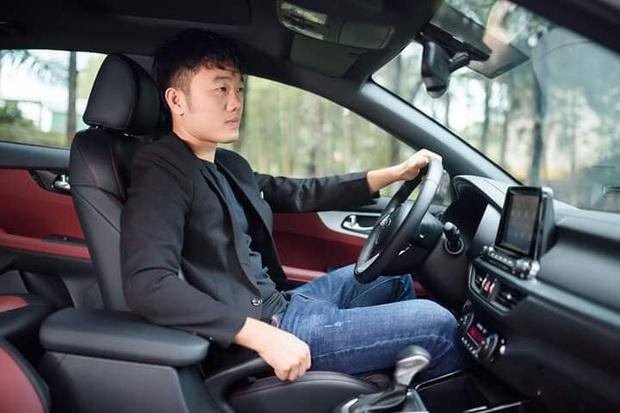 Lương Xuân Trường bảnh bao lái xe đúng chuẩn quý ông nhưng lại khiến fan giật mình: Ô, anh đang chấn thương cơ mà - Ảnh 1.
