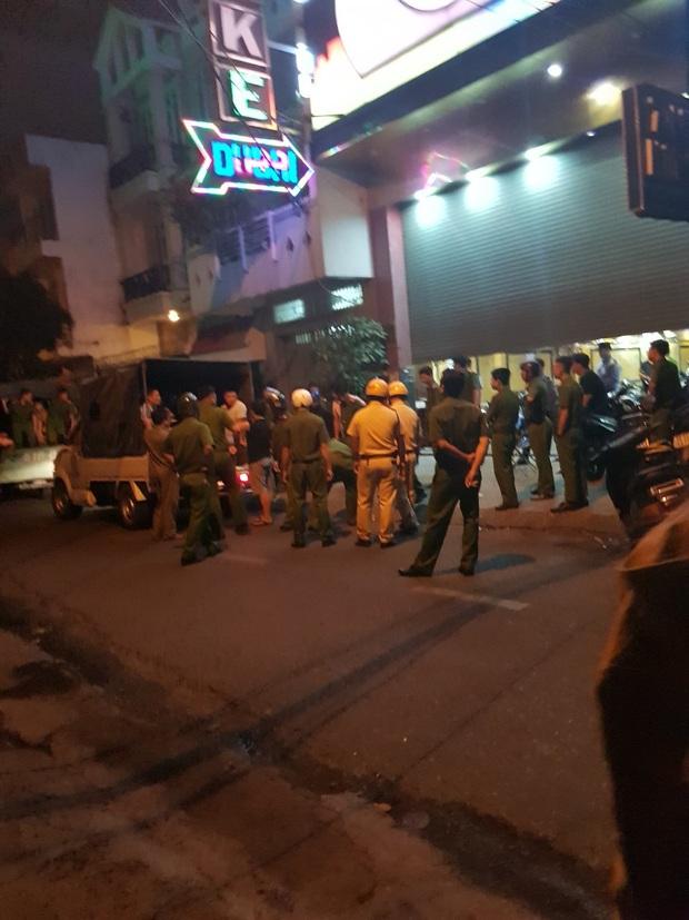 Đột kích quán karaoke ở Sài Gòn, phát hiện 100 nam nữ có biểu hiện phê ma tuý - Ảnh 2.