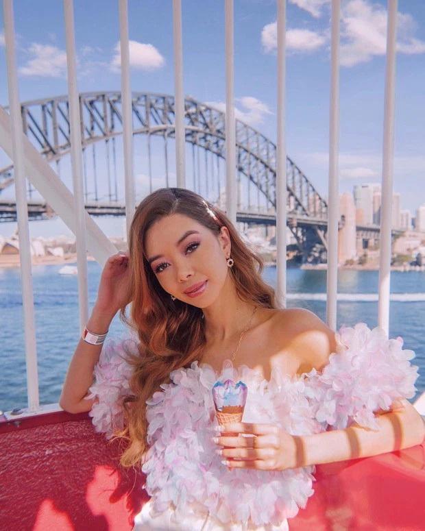 Nữ travel blogger xinh đẹp quanh năm chỉ việc đi du lịch thế giới nhưng vẫn ngồi chung mâm với Messi, Ronaldo về khoản kiếm tiền trên Instagram - Ảnh 1.