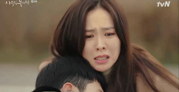 Khóc thương khi thấy Hyun Bin đỡ đạn cho Ye Jin ở Tình Yêu Hạ Cánh tập 6, fan girl khiến chồng nổi cơn tam bành - Ảnh 4.