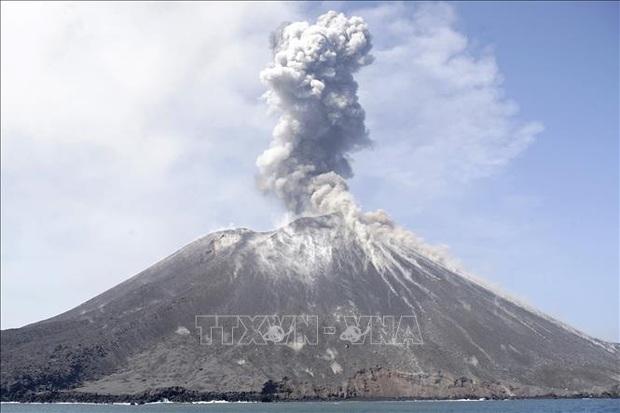 Núi lửa Anak Krakatau thức giấc đe dọa hàng nghìn người dân Indonesia  - Ảnh 1.