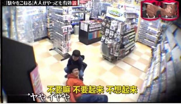 Con nằng nặc đòi mua đồ chơi, bố áp dụng chiêu cao tay nằm lăn ra ăn vạ giữa siêu thị khiến con sợ hết hồn - Ảnh 2.
