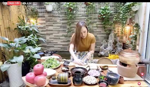 Livestream vừa nấu ăn vừa hát, Mỹ Tâm gây bão luôn và còn được gọi là bà Tâm Vlog - Ảnh 2.