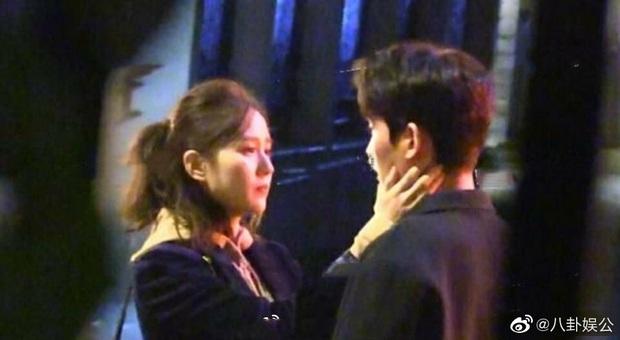 Lưu Thi Thi quay cảnh hôn với Chu Nhất Long, Ngô Kỳ Long tức tốc tới tận phim trường canh chừng vợ - Ảnh 2.