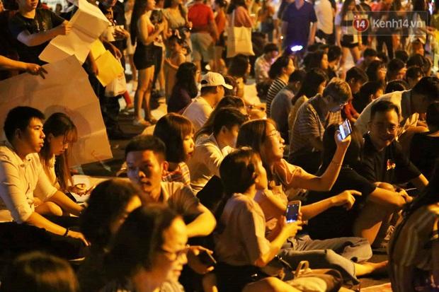 Hàng vạn người đổ về trung tâm chờ xem pháo hoa, các thánh tranh thủ ở Sài Gòn ăn nên làm ra nhờ bán giấy lót ngồi - Ảnh 5.