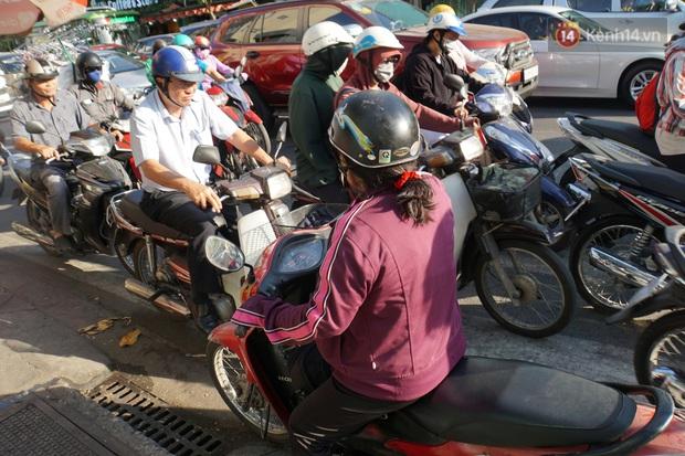 Ảnh: Nhiều tuyến đường cửa ngõ Hà Nội và Sài Gòn ùn tắc nghiêm trọng trong chiều cuối năm - Ảnh 24.