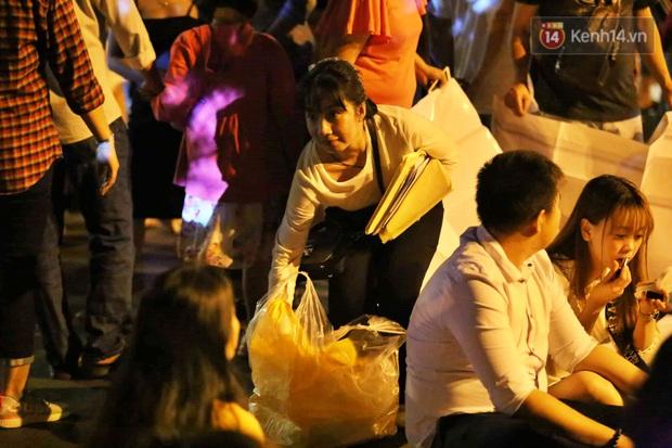 Hàng vạn người đổ về trung tâm chờ xem pháo hoa, các thánh tranh thủ ở Sài Gòn ăn nên làm ra nhờ bán giấy lót ngồi - Ảnh 1.