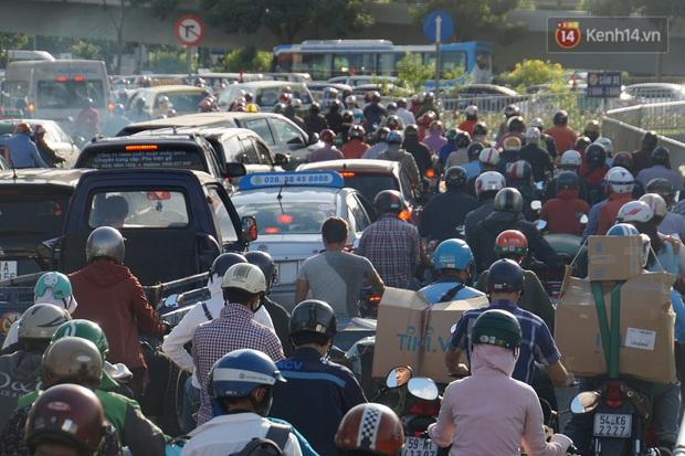 Ảnh: Nhiều tuyến đường cửa ngõ Hà Nội và Sài Gòn ùn tắc nghiêm trọng trong chiều cuối năm - Ảnh 23.