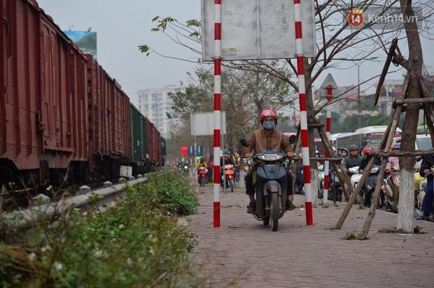 Ảnh: Nhiều tuyến đường cửa ngõ Hà Nội và Sài Gòn ùn tắc nghiêm trọng trong chiều cuối năm - Ảnh 4.