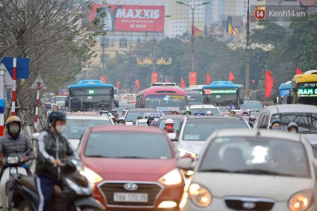 Ảnh: Nhiều tuyến đường cửa ngõ Hà Nội và Sài Gòn ùn tắc nghiêm trọng trong chiều cuối năm - Ảnh 5.