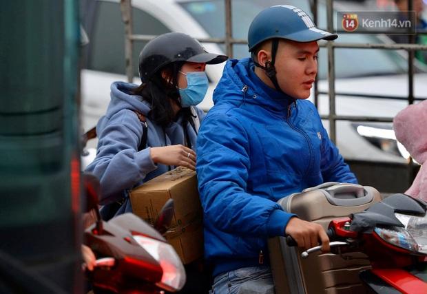 Ảnh: Nhiều tuyến đường cửa ngõ Hà Nội và Sài Gòn ùn tắc nghiêm trọng trong chiều cuối năm - Ảnh 1.