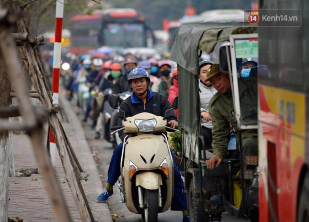 Ảnh: Nhiều tuyến đường cửa ngõ Hà Nội và Sài Gòn ùn tắc nghiêm trọng trong chiều cuối năm - Ảnh 3.