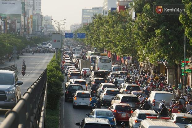 Ảnh: Nhiều tuyến đường cửa ngõ Hà Nội và Sài Gòn ùn tắc nghiêm trọng trong chiều cuối năm - Ảnh 21.