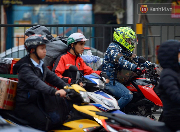 Ảnh: Nhiều tuyến đường cửa ngõ Hà Nội và Sài Gòn ùn tắc nghiêm trọng trong chiều cuối năm - Ảnh 2.