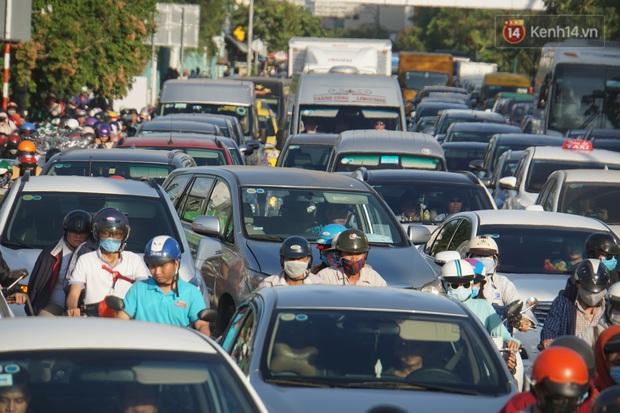 Ảnh: Nhiều tuyến đường cửa ngõ Hà Nội và Sài Gòn ùn tắc nghiêm trọng trong chiều cuối năm - Ảnh 19.