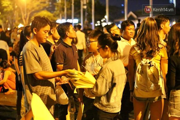 Hàng vạn người đổ về trung tâm chờ xem pháo hoa, các thánh tranh thủ ở Sài Gòn ăn nên làm ra nhờ bán giấy lót ngồi - Ảnh 6.