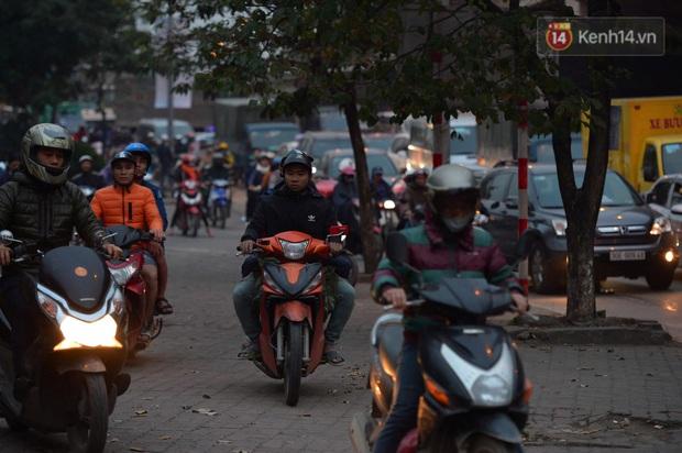 Ảnh: Nhiều tuyến đường cửa ngõ Hà Nội và Sài Gòn ùn tắc nghiêm trọng trong chiều cuối năm - Ảnh 16.