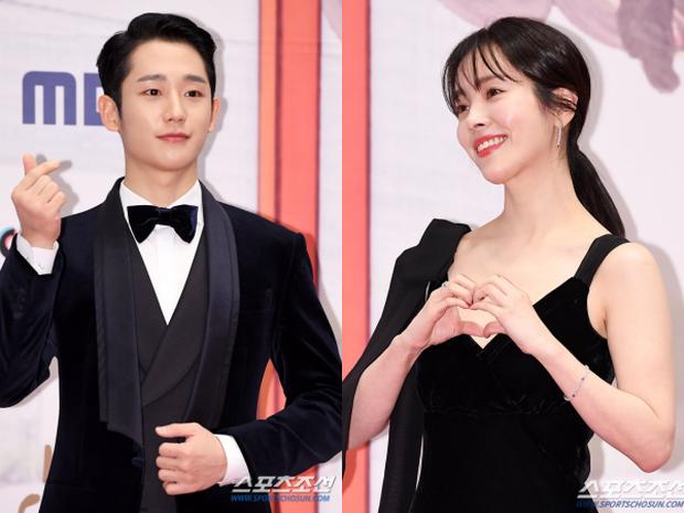 Hot như cặp đôi Jung Hae In và chị đẹp mới: Chỉ một khoảnh khắc tình tứ, rating lễ trao giải vọt lên mức cao nhất - Ảnh 1.