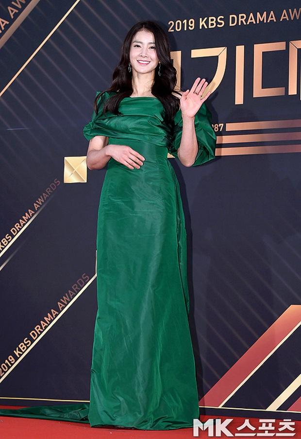 Thảm đỏ KBS Drama Awards 2019: Nana dẫn đầu quân đoàn mỹ nhân sexy bức thở, Kim So Hyun, Siwon và dàn sao đổ bộ - Ảnh 6.