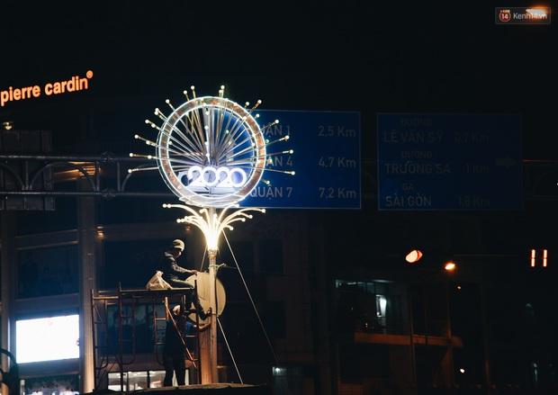 Đường phố Sài Gòn trang trí rực rỡ đầy sắc màu để đón chào thập kỷ mới năm 2020 - Ảnh 11.