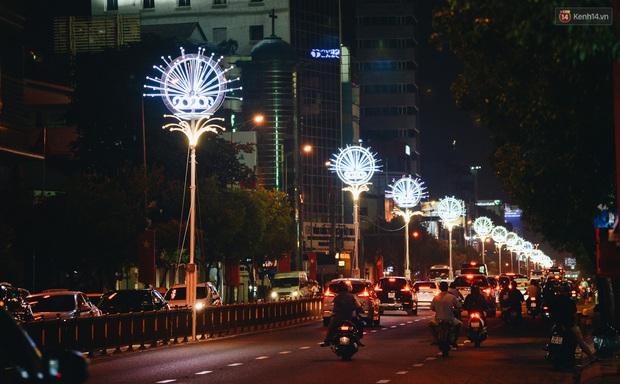 Đường phố Sài Gòn trang trí rực rỡ đầy sắc màu để đón chào thập kỷ mới năm 2020 - Ảnh 10.