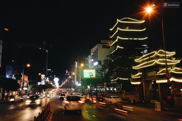 Đường phố Sài Gòn trang trí rực rỡ đầy sắc màu để đón chào thập kỷ mới năm 2020 - Ảnh 12.