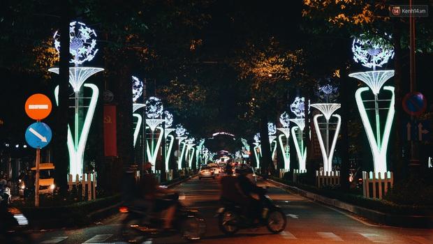Đường phố Sài Gòn trang trí rực rỡ đầy sắc màu để đón chào thập kỷ mới năm 2020 - Ảnh 2.