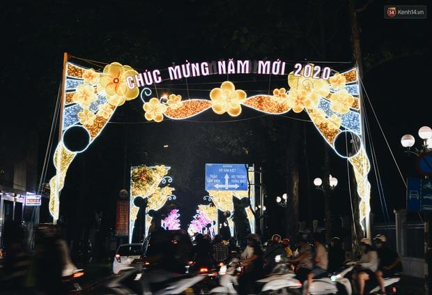 Đường phố Sài Gòn trang trí rực rỡ đầy sắc màu để đón chào thập kỷ mới năm 2020 - Ảnh 1.