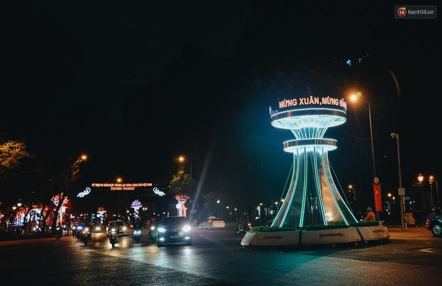 Đường phố Sài Gòn trang trí rực rỡ đầy sắc màu để đón chào thập kỷ mới năm 2020 - Ảnh 4.