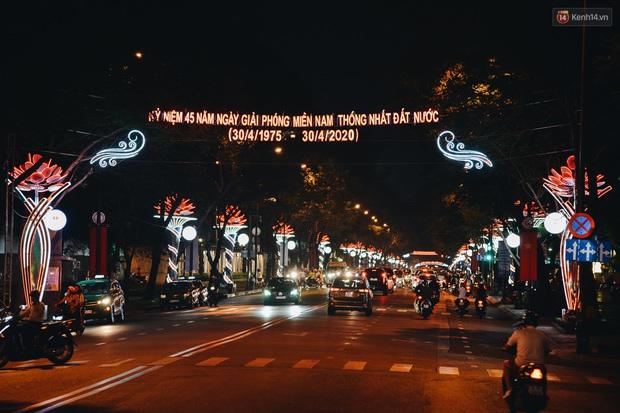 Đường phố Sài Gòn trang trí rực rỡ đầy sắc màu để đón chào thập kỷ mới năm 2020 - Ảnh 5.