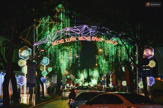 Đường phố Sài Gòn trang trí rực rỡ đầy sắc màu để đón chào thập kỷ mới năm 2020 - Ảnh 3.